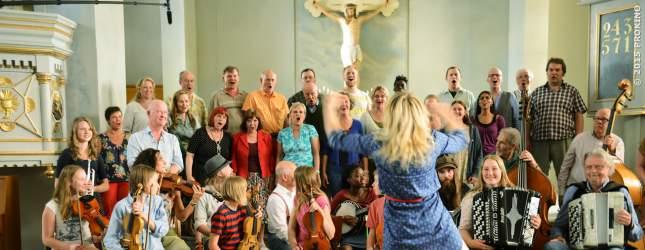 Lena und der Kirchenchor von Ljusaker legen sich ins Zeug.