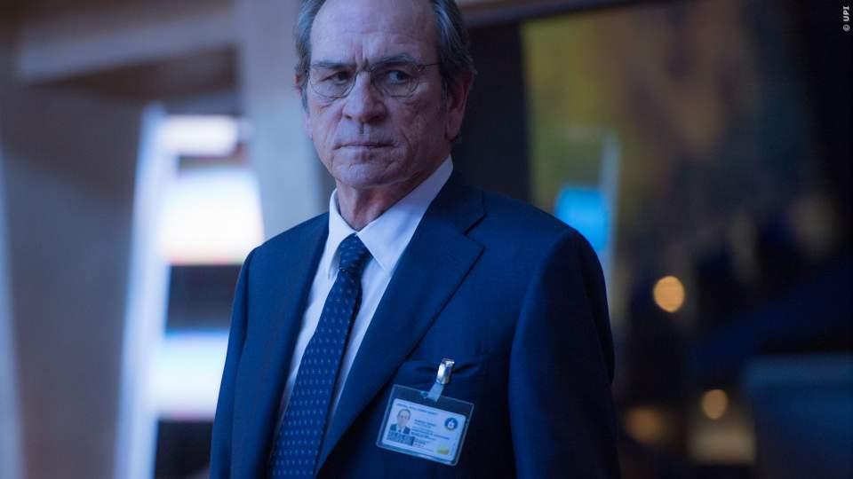 Tommy Lee Jones koordiniert als CIA-Chef Robert Dewey die Verfolgung Bournes aus der Schaltzentrale der CIA heraus.